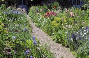 Weg durch einen Bauerngarten mit bunten Blumen