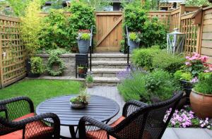 Gemütlicher Garten mit Pflanzen und Terrasse