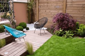 Moderner, kleiner Garten mit Terrasse
