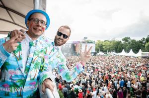 Zwei Männer feiern vom VIP Gebäude aus am PSD Eventsommer