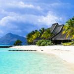 Weißer Sandstrand mit Palmen auf Mauritius